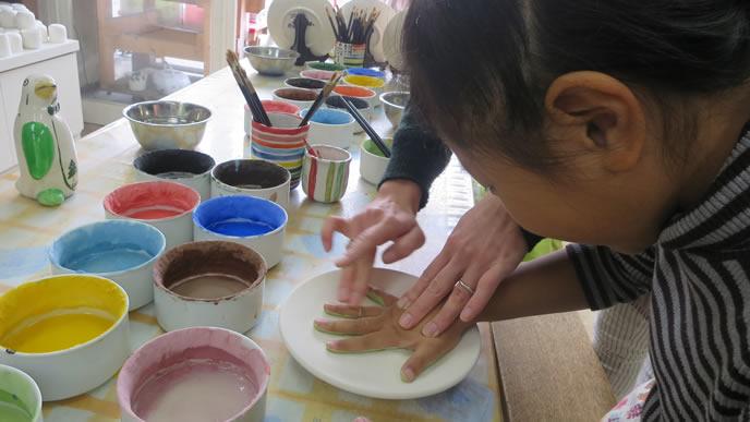 手作り教室で喜ぶ子供