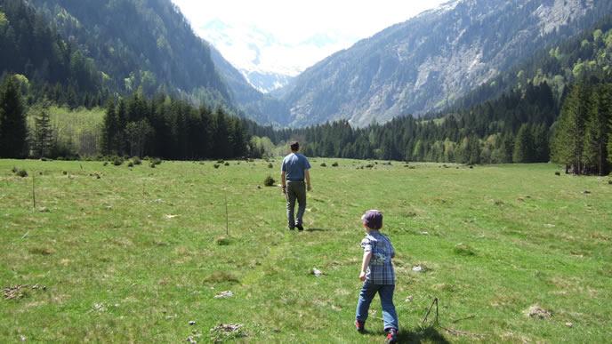 高原のでパパの後ろを追いかける子供