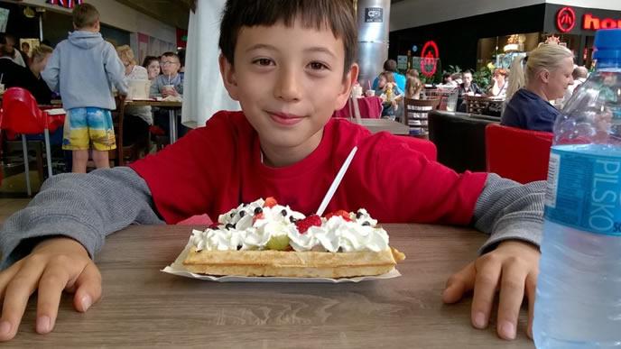 カフェでケーキを食べる海外の子供