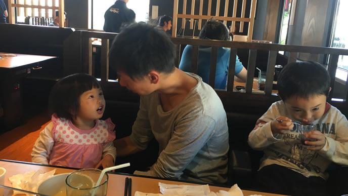 外食先でパパに叱られる女の子