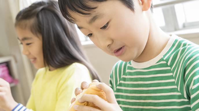 学校給食のパンが苦手な小学生