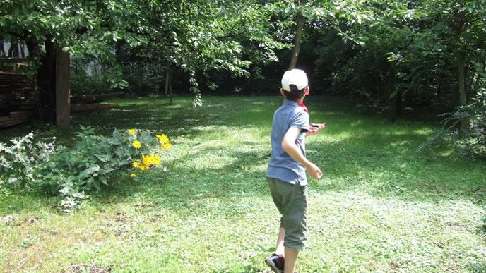 家の庭を散歩する登校拒否中の小学生