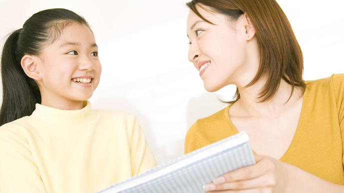 ママと小遣いの使い道について話し合う小学生