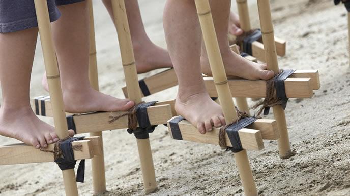 竹馬を使った小学生の運動会