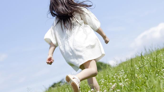 草原を自由に走り回る子供
