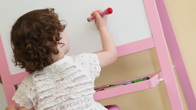 ホワイトボードにお絵かきする子供