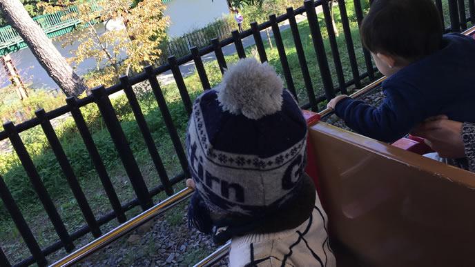 外の風景を見ている家族旅行中の子供
