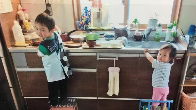 ママのためにお料理をする優しい子供達