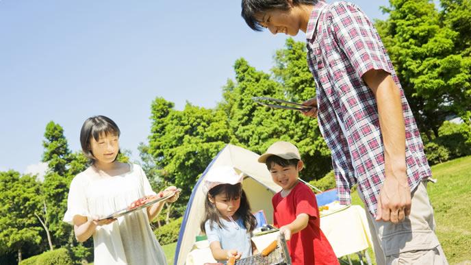 キャンプ場を楽しむ仲良し親子