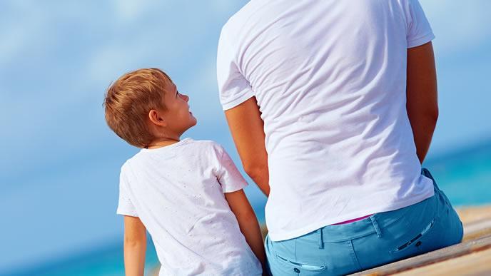 口答えする子供を諭すパパ
