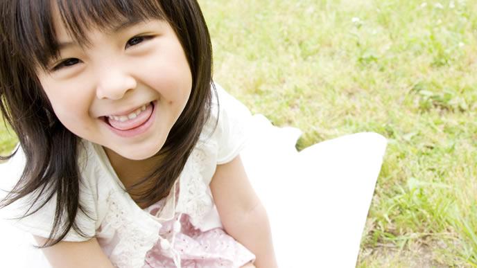 ママに微笑む女の子