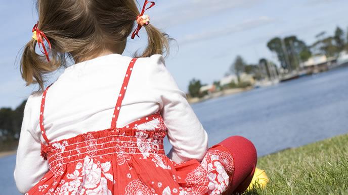 対岸の景色を眺める女の子