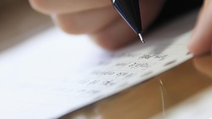 自宅で勉強中の中学生