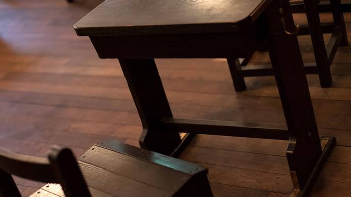 教室に放置されたイスと机