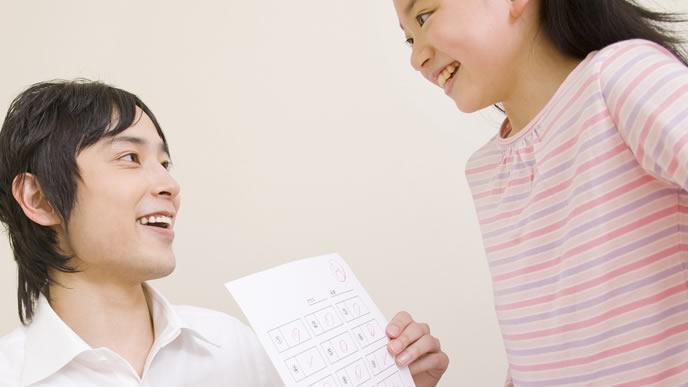 先生に成績を褒められ嬉しい女の子