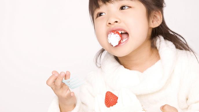 甘いケーキで勉強のやる気を出す女の子