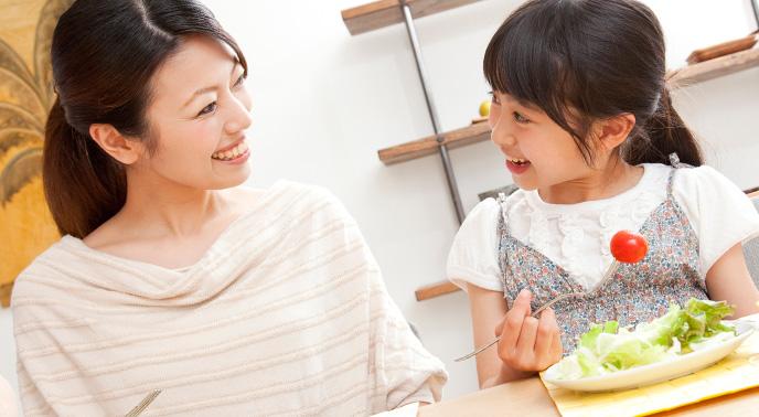笑顔で話す親子