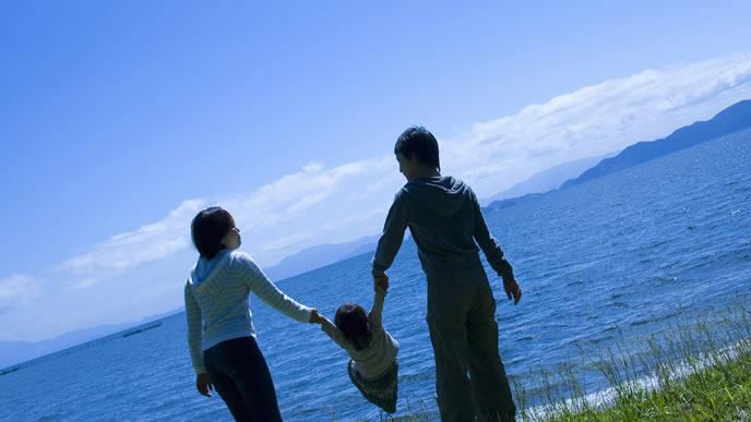 子供と海を見にきた家族