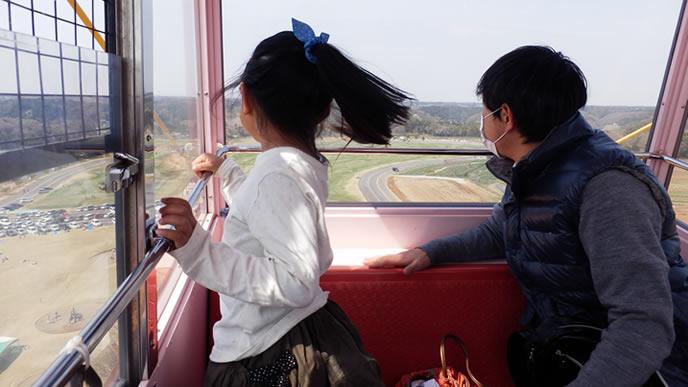 娘のために休日を使い観覧車に乗るパパ