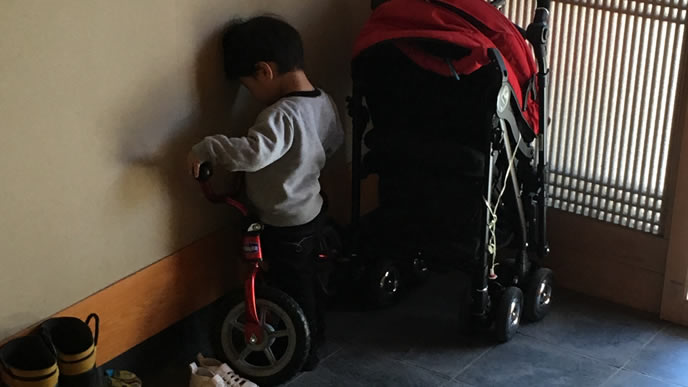 ママに怒られ玄関先でいじける男の子