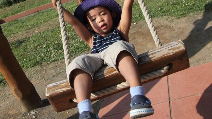公園のブランコが大好きな男の子