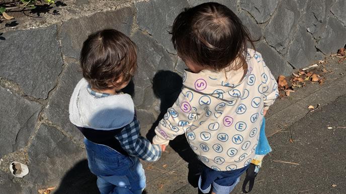 妹が心配で手を握ってあげる優しい姉