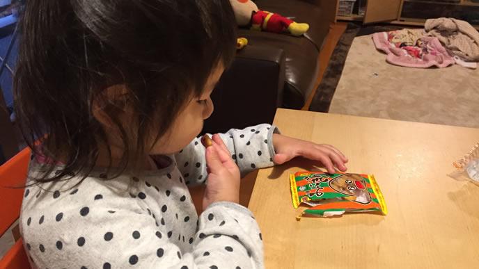 ごはんの前にお菓子を食べてしまう女の子