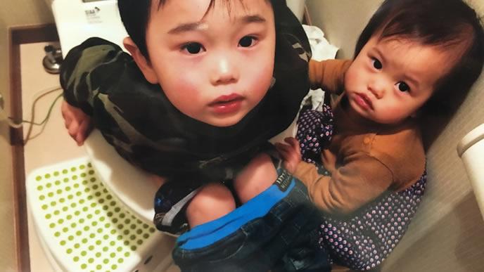 トイレの様子を見にきたママを不安そうに見る男の子