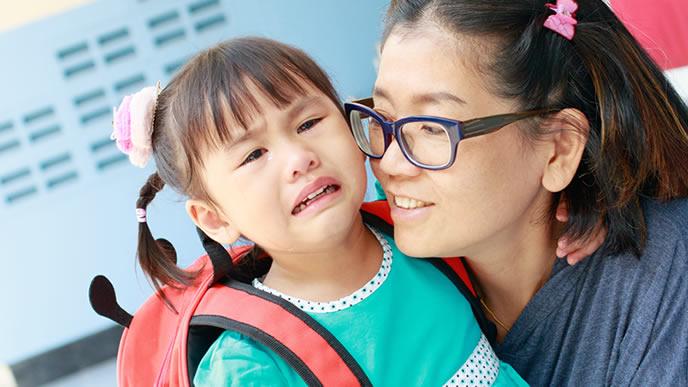 幼稚園にまだいたくてお迎えに来たママに泣きつく園児