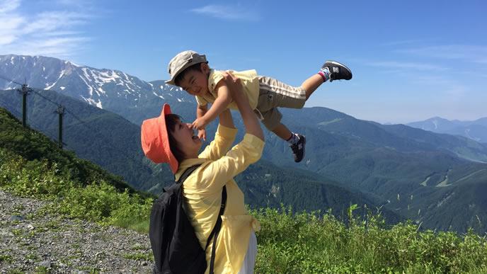 子供と一緒に山登りをするママ