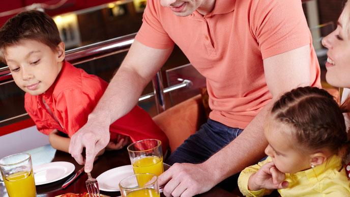 ファミレスで食事する親子