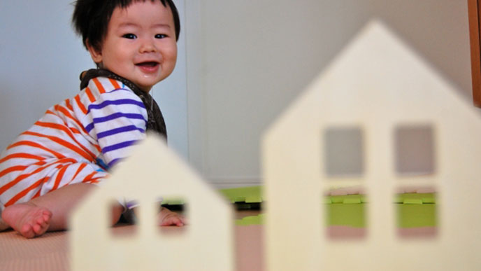 ダンポールのお家に喜ぶ赤ちゃん