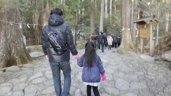 パパと手をつないで観光をする女の子