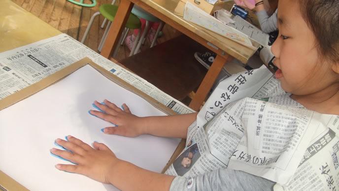 ワークショップで手形を取る女の子