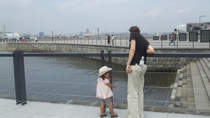 海を見つめる女の子とおじいちゃん