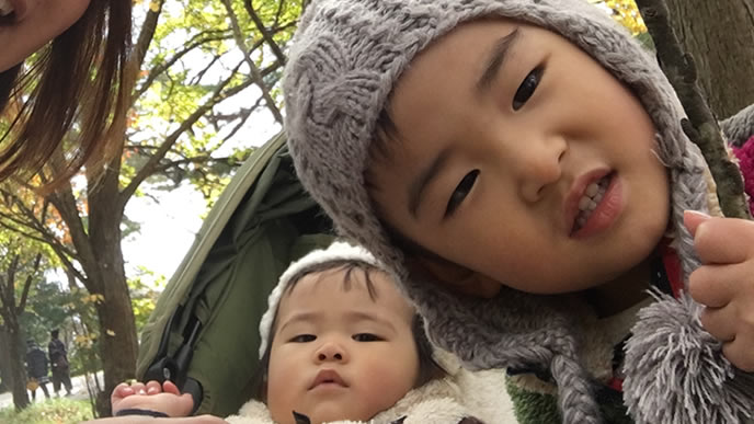 秋にキャンプをする家族