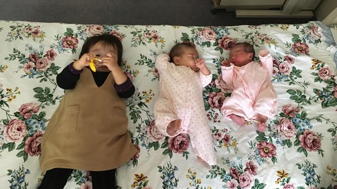 川の字で仲良く寝る姉妹