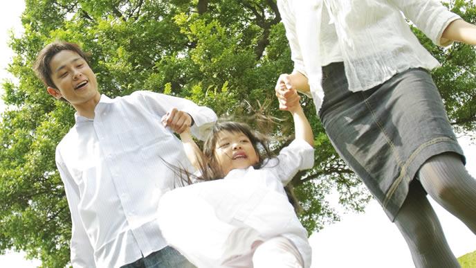 休日に公園で遊ぶ家族