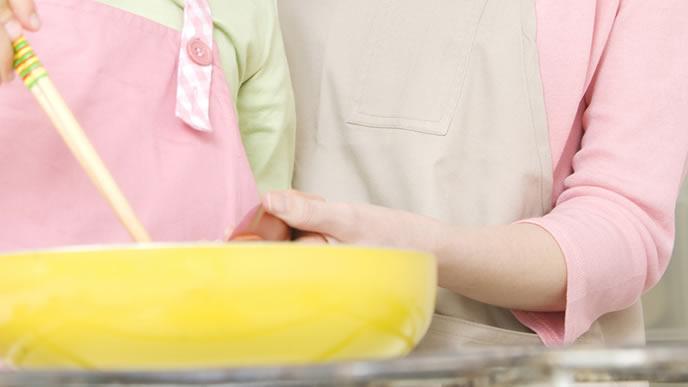 ピーマン料理を作る親子