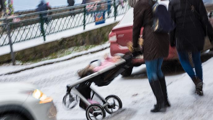 バギーカーが滑り車道に出てしまうママ