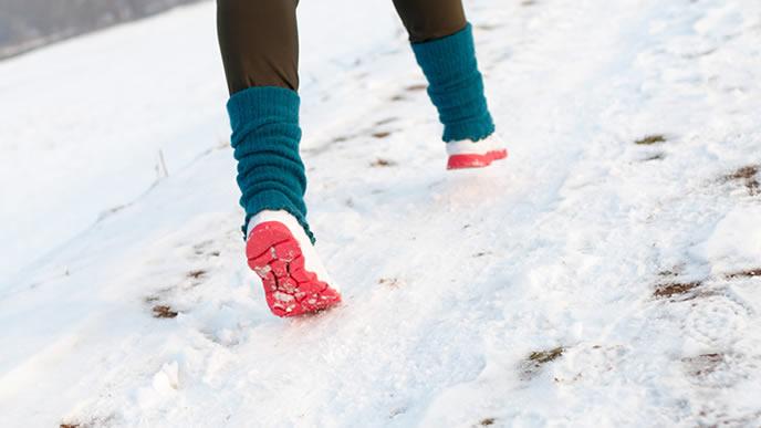 雪道を歩いて送迎に向かうママ