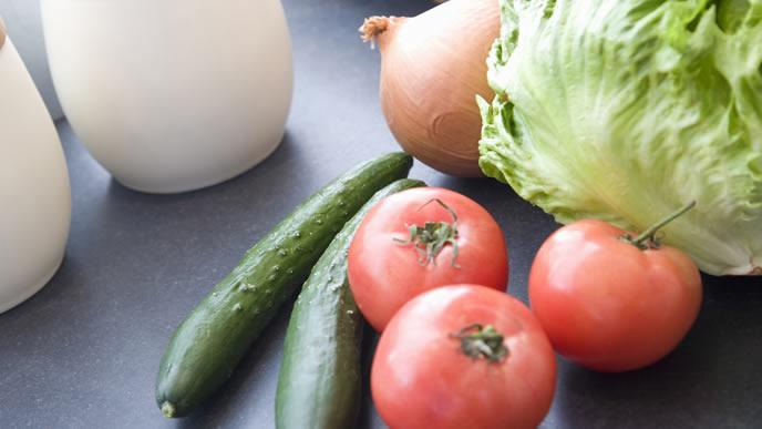 台所に並べられたトマト