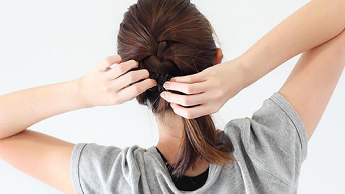 卒園式の髪型の練習をするママ