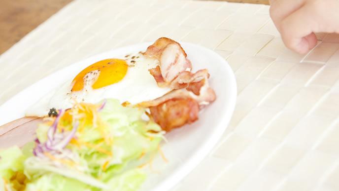 朝食に出されたハムエッグ
