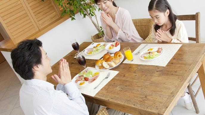 みんなで朝食をとる仲良し家族