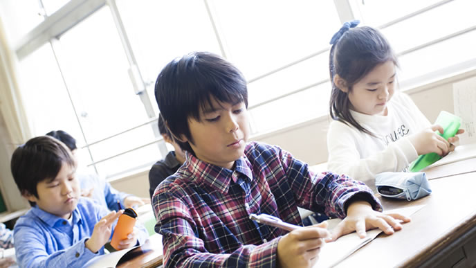 授業参観で緊張する小学生