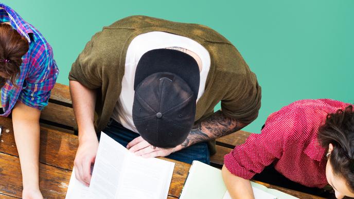 勉強する若者