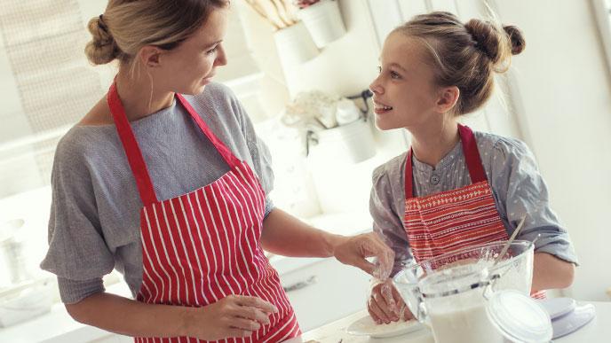 ママと料理する女の子