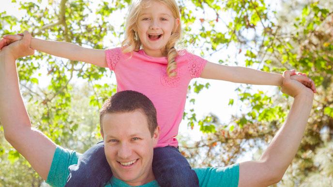 パパと遊ぶ女の子