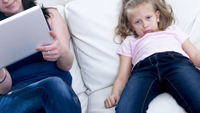 子供よりパソコンに夢中になるママ